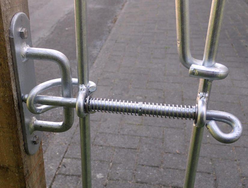 """poolfix Riegel-Wandhalter Montage """"zwischen"""" Ansicht von hinten."""