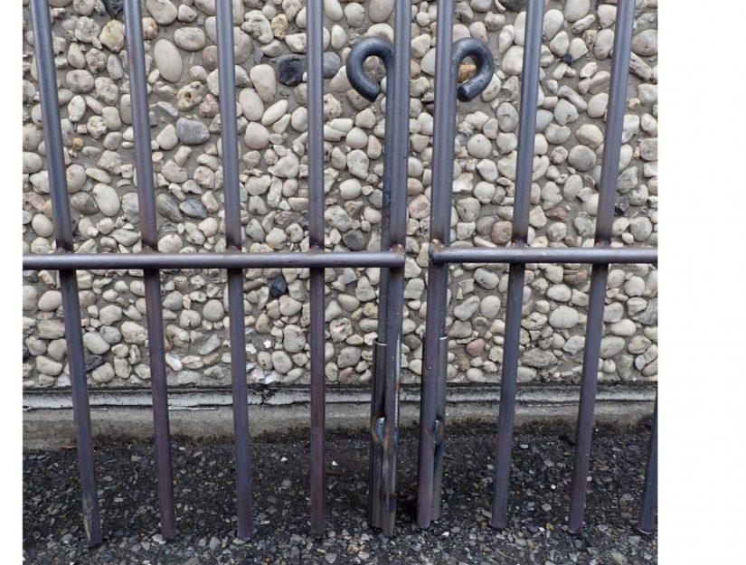 Jeder Torflügel wird mit einem Bodenriegel im Boden verriegelt. Dieser dient als Schutz davor, dass das Tor unten nicht weggedrückt werden kann.