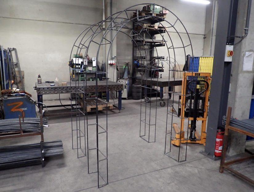 Fertig aufgebaute Rosenbogen in unserer Werkstatt in Eupen.