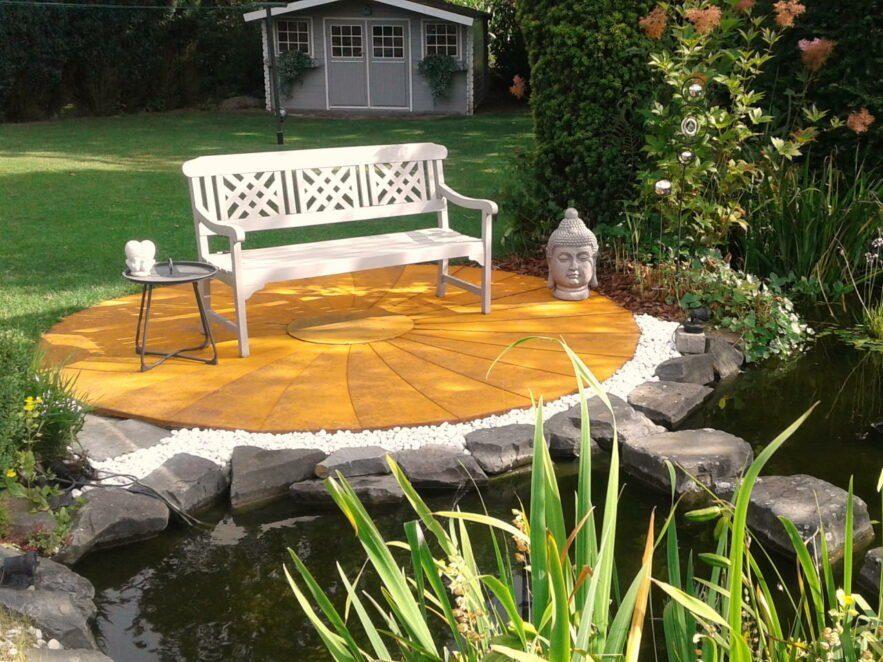 Runde Terrasse aus rostigen Cortenstahl Blechen vor einem Gartenteich