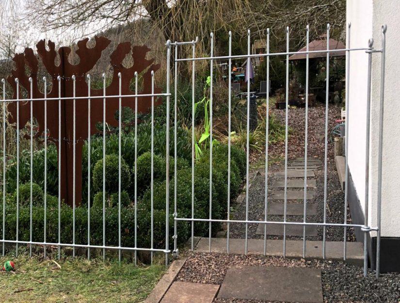 Verzinkte Hundezaun-Tür 145 cm hoch mit Scharnierpfosten und Bodenrolle.