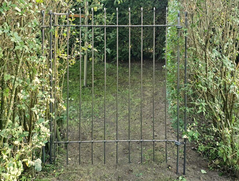 Freistehende Tür anneau-145-roh 108 cm breit mit Scharnierpfosten an beiden Enden.