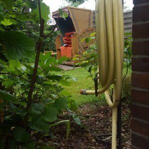 Der Schlauchhalter hat nun seinen ultimativen Platz gefunden, so dass ich auf bei den Seiten des Gartens ihn ohne große Umräumaktionen verwenden kann.