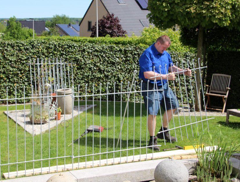 La façon la plus simple d'aligner les éléments de clôture est d'utiliser une planche droite.