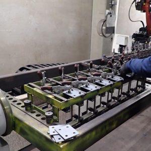 Das Bestücken der Schweißschablone mit unseren Werkzeug- und Besenhaltern