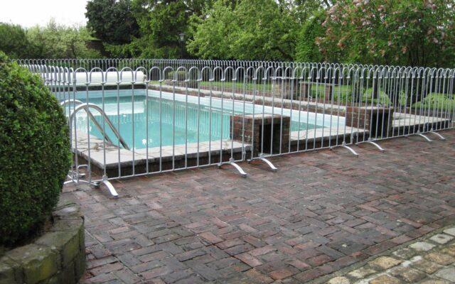 Stellzaun als Kindersicherung um einen Pool aufgestellt