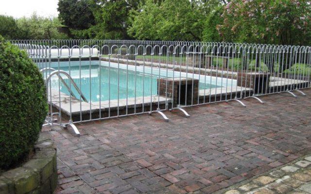 poolfix Stellzaun als Kindersicherung in Lüttich um einen Pool aufgestellt