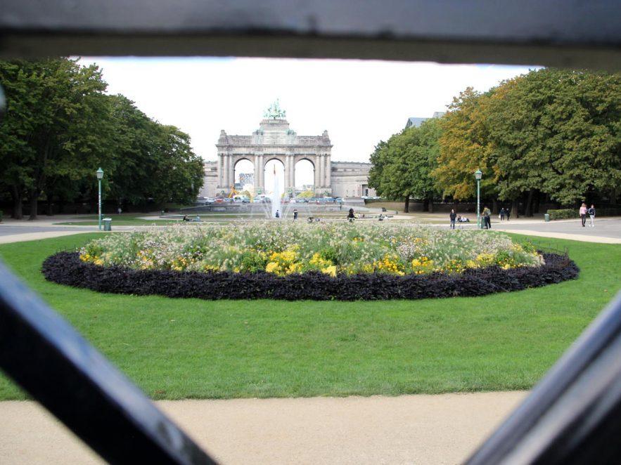 Als Schutz vor Vandalen wurden im Stadtpark um die Blumen kleine Beet Zäune angebracht