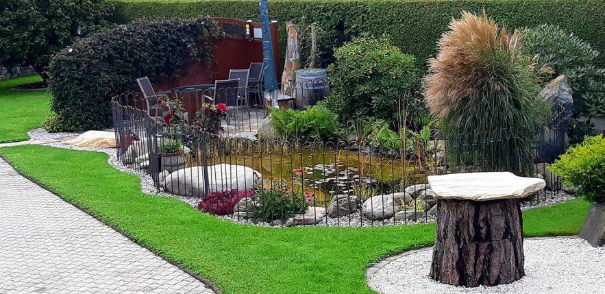 Der Gartenteich ist mit einem Steckzaun aus Stahl umschlossen.