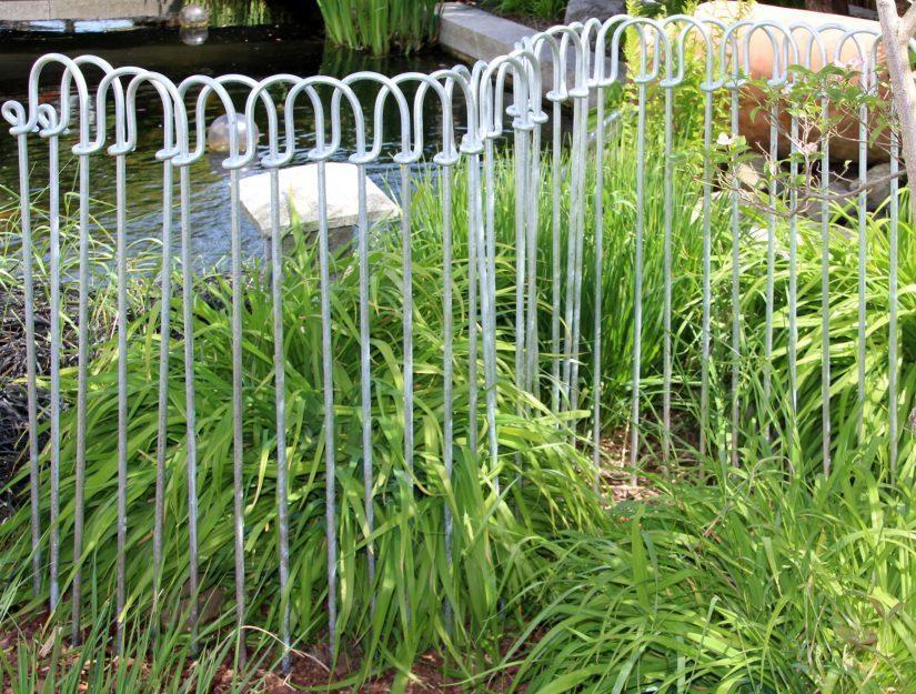 Für einen engeren Stababstand können Sie den Zaun doppelt aufbauen und verflechten.