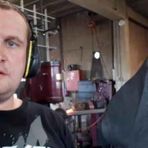 Stephan Laschet schmiedet mit dem Lufthammer Pflanzstäbe
