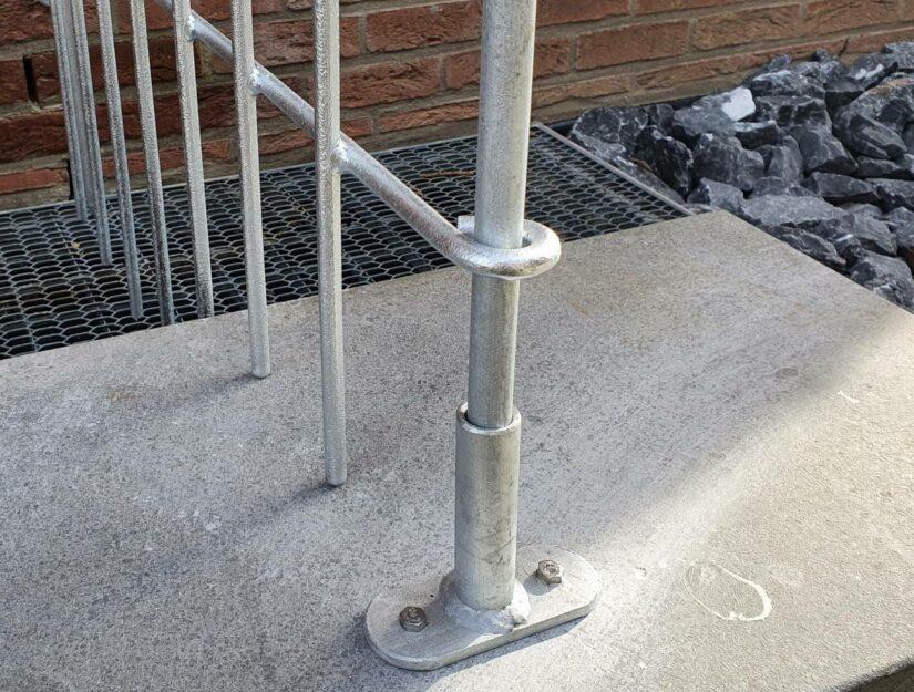 Dort wo Sie nicht in den Boden einstecken können kann eine Terrassenaufschraubplatte auf gedübelt werden.