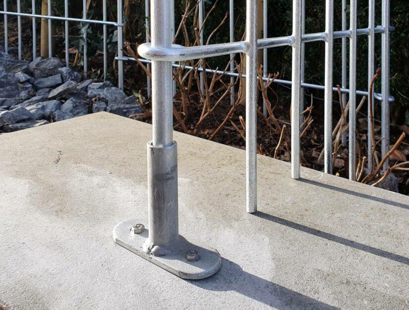 Der Verbindungsstab wird in die Terrassenaufschraubplatte eingeschoben.