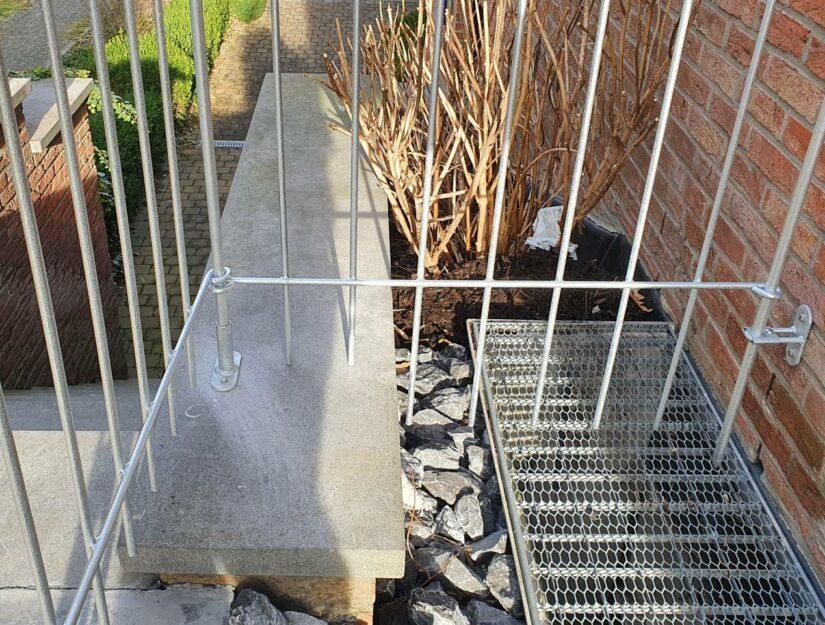 Der Zaun wird mit dem Terrassenfuß auf die Mauer geschraubt.