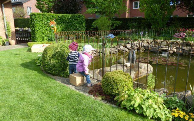 Der Zaun um den Teich ist ein sehr schönes Element