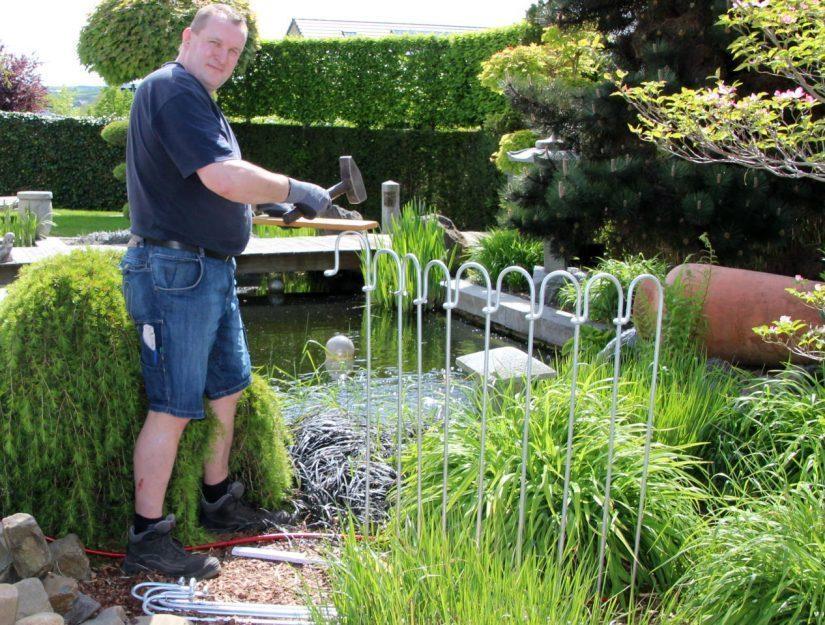Avec les clôtures galvanisées, vous devriez utiliser une planche comme amortisseur entre la clôture et le marteau.