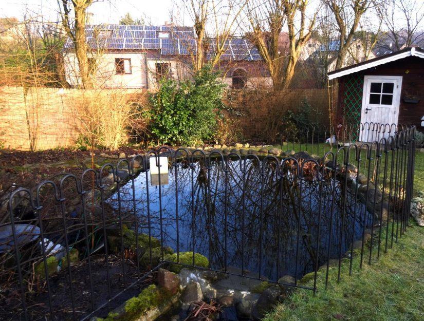 Die Bachlaufelemente können Sie aneinander oder an den Teichzaun-Stäben befestigen.