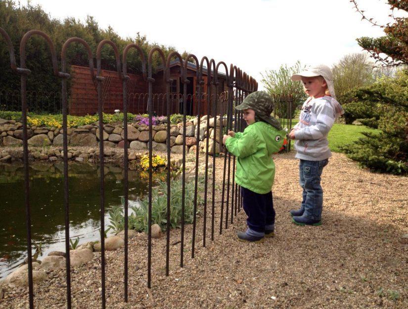 Der Teichzaun schützt die Kinder vor den Gefahren eines Gartenteiches.