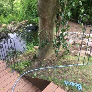 Die Lücke beträgt 150 cm wegen der Baumwurzeln können die einzelnen Stäbe nicht weiter in den Boden eingeschlagen werden