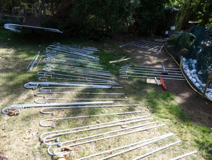 Photo client : Préparation de la clôture autour de l'étang.