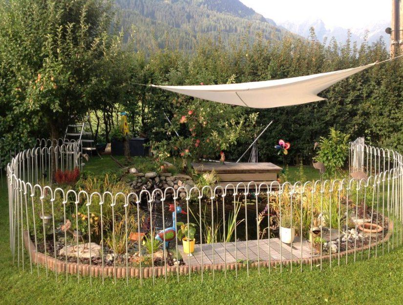 Clôture en acier galvanisé autour d'un étang de jardin.