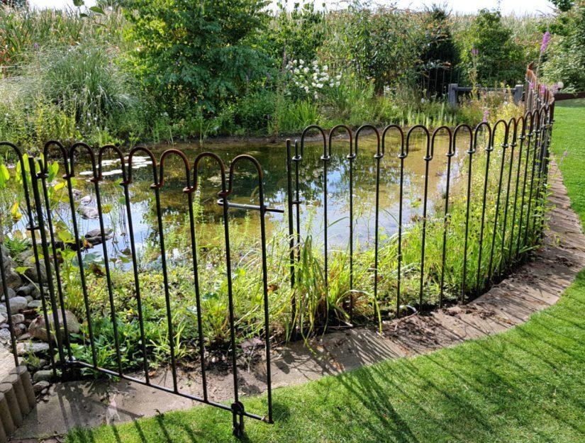 Porte de clôture d'étang avec roulette de guidage - en brut, après 3 semaines déjà légèrement rouillé.