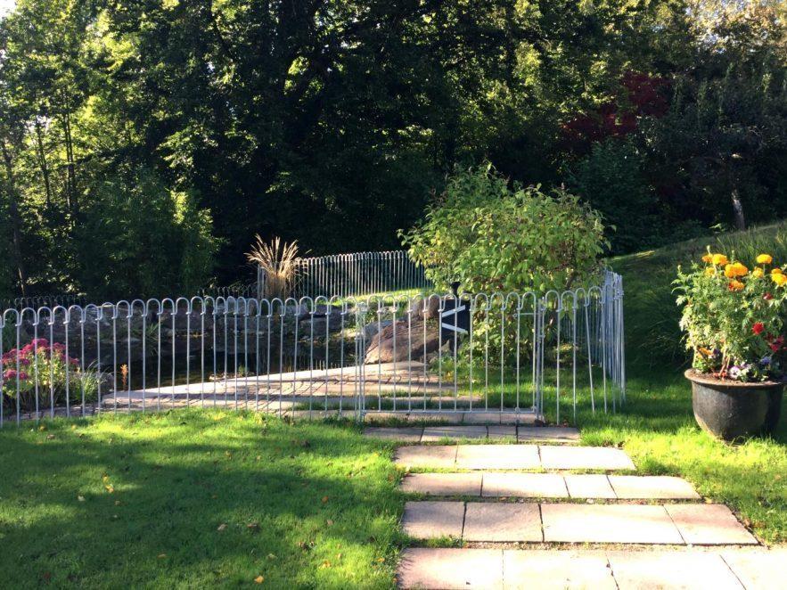 Eine 144 cm breite Tür mit Bodenrolle bietet einen Zugang über den Weg