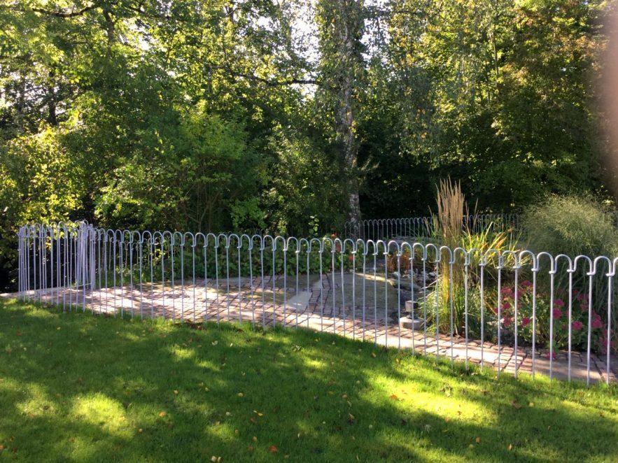 Verzinkter Zaun als Kinder-Schutz um die große Teich-Anlage