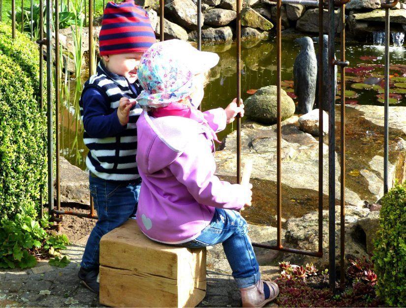 Zwischen den Stäben vom Steckzaun kann sich kein Kinderkopf einklemmen.