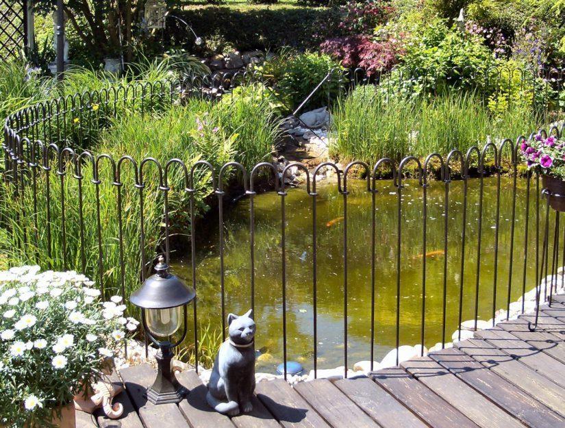 Den Teichschutzzaun können Sie selber aufbauen.