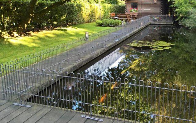 Stellzaunelemente mit Standfüßen auf das Teichdeck aufgeschraubt