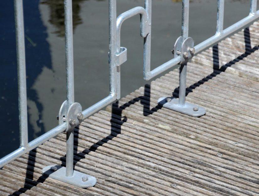 Avec les supports à visser au sol, vous pouvez visser les éléments de fixation au sol (par ex. sur une terrasse en bois).