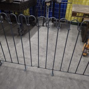 Terrassenelement mit oberer Klemme (Sonderanfertigung) zur Zaunanbindung an einen bestehenden Zaun