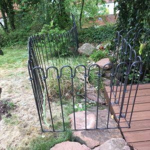Vorne eine Sonderanfertigung: ein Terrassenelement ohne Füße liegt auf dem Stein auf.