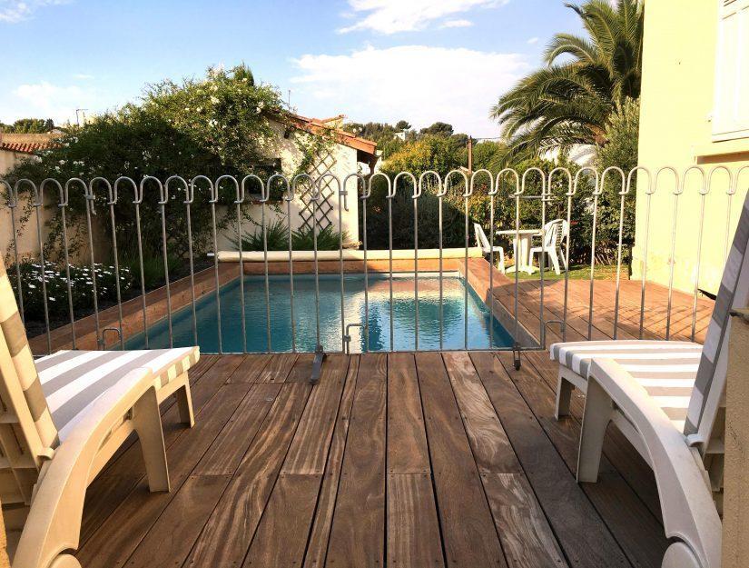 Kinder sichere Trennung zwischen Pool und Terrasse mit Tor.