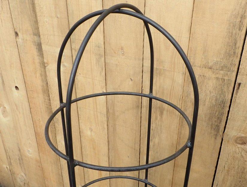 La haut de l'obélisque est fait d'acier brut (rouille).