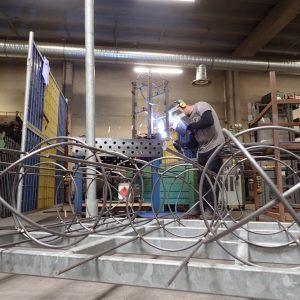 Die Rankhilfen aus Stahl die später in Blumenkübel passen werden geschweißt
