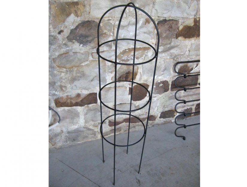Obélisque de jardin en acier brut.