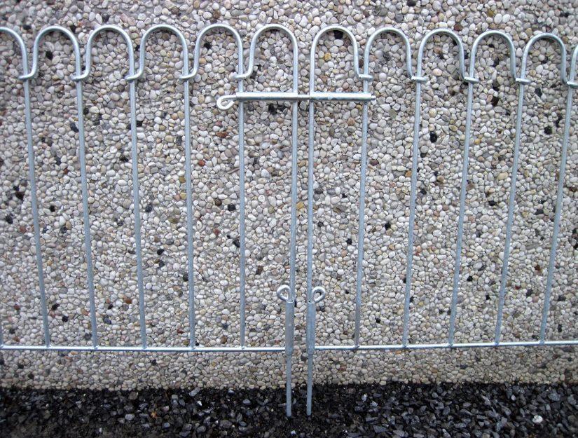 Die doppelflügeligen Tore haben 3 normale Durchsteckriegel (keinen kindersicheren Federriegel). Diese können aber mit einem Vorhängeschloss (nicht enthalten) gesichert werden.