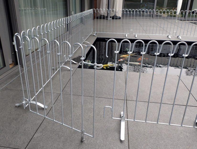 Das Tor ermöglicht einen einfachen Zugang zum Koi Becken.