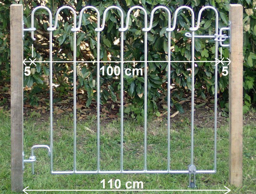 Tor 100 cm breit mit 2 Wandhalter und einem Riegel-Wandhalter zwischen zwei Pfosten befestigt.