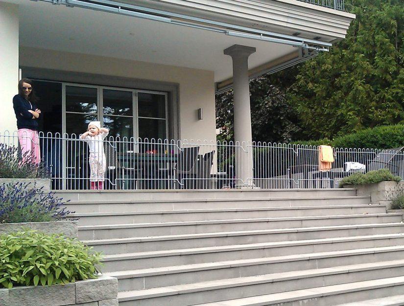 Der rabbit verzinkt mit Standfüßen als mobile Absturzsicherung vor einer Treppe für ein Kleinkind.