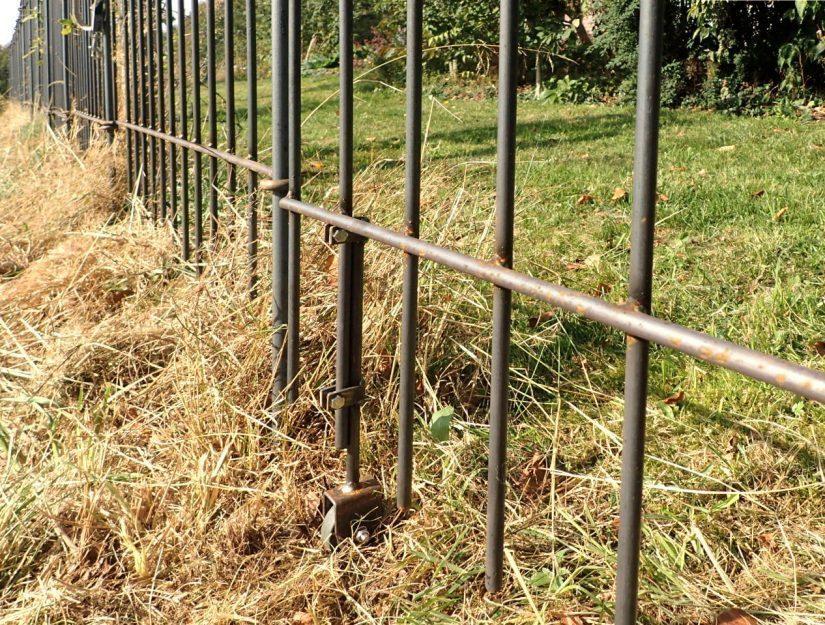 Bodenrolle als Abstützung auf einer Wiese bei einer 145 cm hohen Tür.