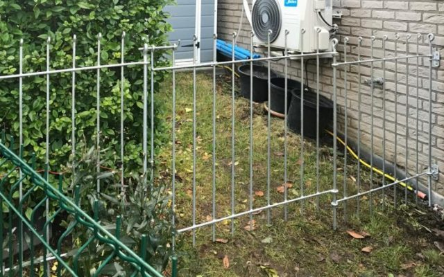 Zaun mit Tür verzinkt