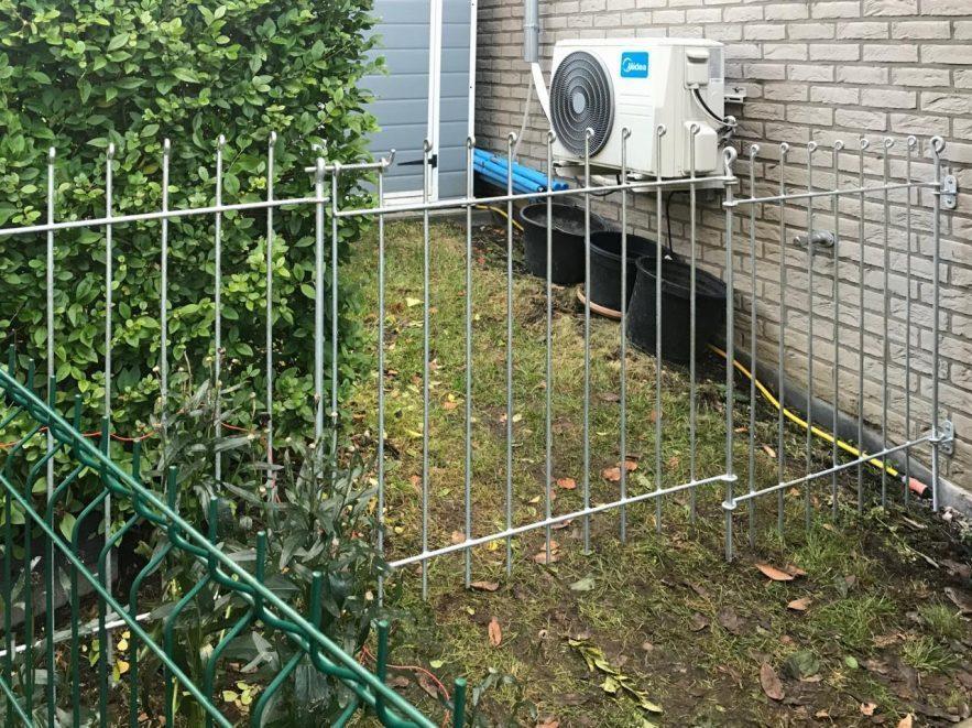 Zaun und Tür mit Wandhalterung und Ring als Auflage