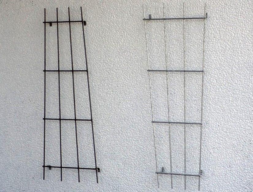 Links das Rankgitter in roh (darf rosten), rechts verzinkt (rostet nicht).