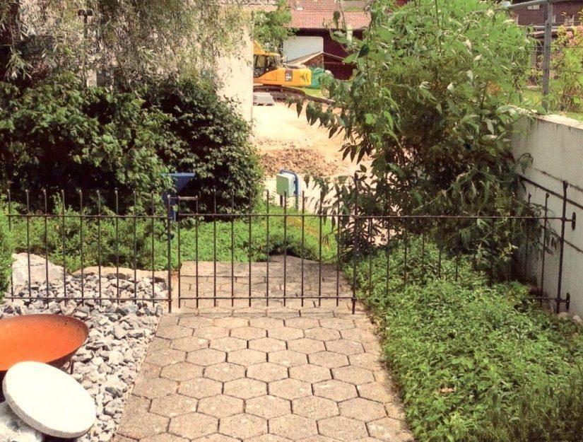anneau-80-roh an der rechten Seite mit Wandhalter an der Mauer befestigt.