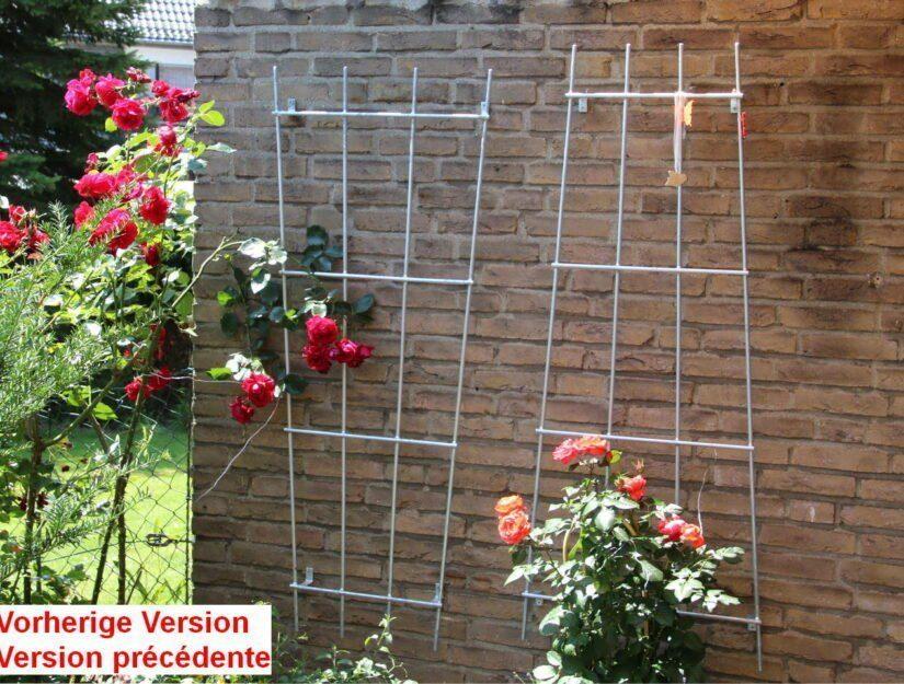 Grilles vissées au mur pour grimper avec des roses rouges.