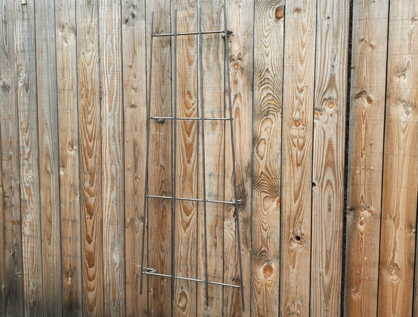 Außenmaße vom Wand-Rankgitter: 150 x 40 bis 60 cm. Gewicht: 5,1 - 5,4 kg.