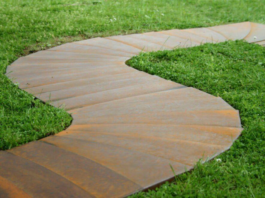 Gesteckter Weg aus Blechplatten mit Kurven